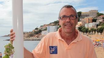 Joaquim Costa al passeig de Sant Feliu de Guíxols, amb la platja de fons Foto:JOAN SABATER