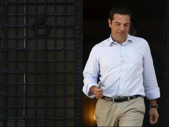 El primer ministre grec, Alexis Tsipras, sortint aquest dijous de la seva oficina Foto:REUTERS