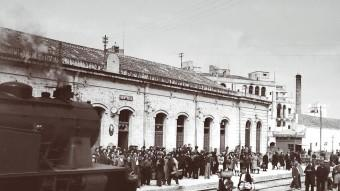 L'estació del Vendrell (1928), amb les andanes plenes de viatgers amb l'arribada d'una locomotora de valor Foto:JOAN GÜIXENS / ARXIU COMARCAL DEL BAIX PENEDÈS