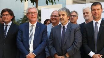L'alcalde de Tarragona, amb altres alcaldes i representants de la Generalitat, diputacions i consells comarcals Foto:ELISABETH MAGRE