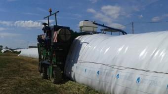 La màquina d'empaquetar pinso permet eradicar els vells pneumàtics dels camps Foto:EL PUNT AVUI