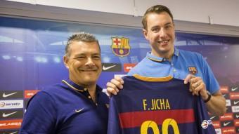 Filip Jícha, amb la seva nova samarreta, acompanyat pel seu nou tècnic, Xavi Pascual Foto:ALBERT SALAMÉ