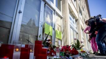 Homenatge al professor mort a mans d'un alumne a l'Institut Joan Fuster Foto:ALBERT SALAMÉ