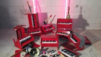 Els pianos vermells, trencats i agredits, fan d'esquer d'una experiència singular Foto:ARXIU