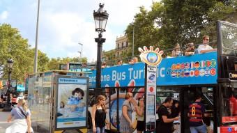 Turistes pujant a un Bus Turístic a Barcelona Foto:JUANMA RAMOS
