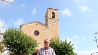 Magí Pallerols fotografiat davant l'església del poble. Foto:J.M.F. / TAEMPUS