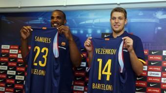 Samuels i Vezenkov, amb les seves noves samarretes a la presentació d'ahir Foto:J. M. RAMOS