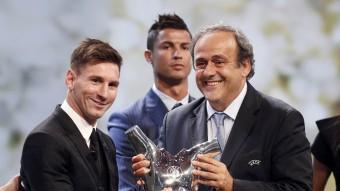 El president de la UEFA, Michel Platini, lliura el guardó de millor jugador d'Europa a Leo Messi, aquest dijous a Mònaco Foto:REUTERS