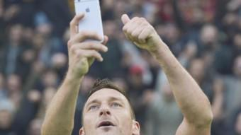 Francesco Totti es fa un selfie en un partit de la temporada passada. Foto:EFE