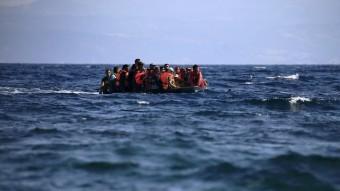 Un grup de refugiats sirians navega en una llanxa neumàtica a prop de la costa de l'illa de Lesbos, a Grècia Foto:REUTERS