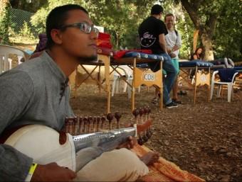 Un dels músics que amenitzava la sessió de teràpies a la primera edició del festival, el 2013 Foto:BIORITME FESTIVAL