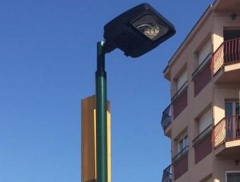 Un dels fanals amb LED instal·lats els darrers mesos, en aquest cas a l'avinguda de Girona Foto:J.N