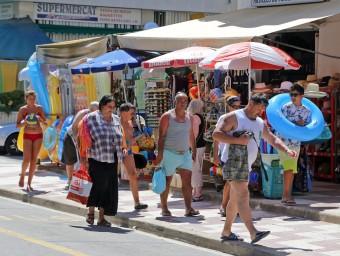 Turistes carregats de maletes a Santa Susanna Foto:JUANMA RAMOS