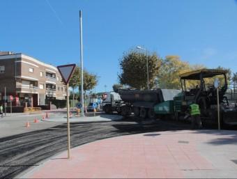 L'asfaltat del darrer giratori habilitat a l'avinguda de Catalunya de Palamós, la passada tardor Foto:E.A