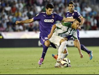 Borja García protegeix la pilota davant Javi López en el Còrdova-Espanyol de la temporada passada. Foto:EFE