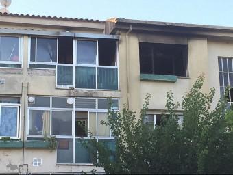 Exterior del pis afectat pel foc als bloc número 1 dels habitatge de Nostra Senyora de la Llum. Foto:AJUNTAMENT DE CALDES