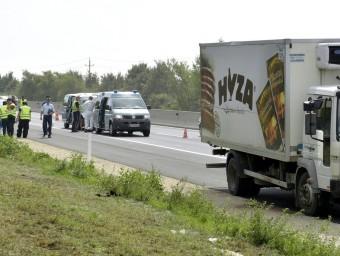 El camió on viatjaven els refugiats, aturat al voral d'una autopista a Àustria Foto:EFE