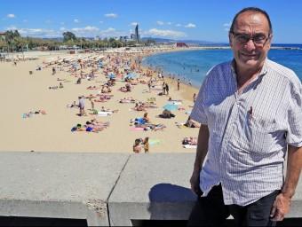 El pare Manel davant de la platja de la Nova Icària Foto:JUANMA RAMOS