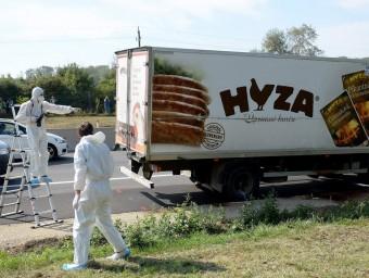 Els forenses examinen el camió trobat ahir a Àustria roland SCHLAGER / EFE