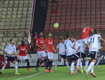 Xavi Molina connecta en un córner executat per Ferran Giner la rematada de cap que va suposar el primer gol del Nàstic contra l'Albacete Foto:CLUB GIMNÀSTIC