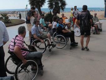 L'expedició en cadires de rodes ahir a Sant Antoni Foto:E.A