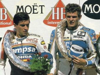 Garriga, al mig i amb Sito Pons a l'esquerra, en el podi de Brno del 1988, la seva última victòria avui fa just 27 anys. Foto:SOLO MOTO