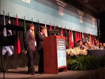 Javier Villamayor, a l'esquerra, durant la intervenció a l'assemblea del Comitè Internacional, ahir, a Itàlia Foto:EL PUNT AVUI