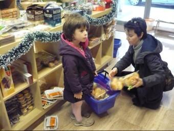 Una mare compra productes sense gluten en un supermercat de Reus Foto:NÚRIA SERRET