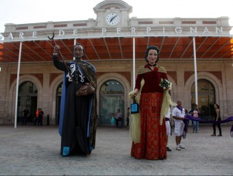 Els gegants de Dalí i Gala, ahir davant l'estació Foto:ACN