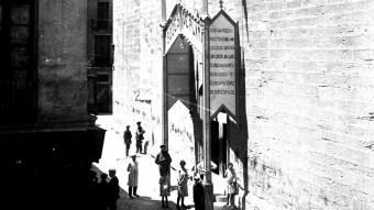 Una imatge històrica de la basílica en què es veu la porta lateral. Foto:ACN