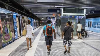 Alguns usuaris caminant per les noves instal·lacions dels Ferrocarrils a Terrassa dimecres passat Foto:JOSEP LOSADA