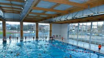 Una de les activitats que s'han organitzat a la piscina, el primer bany de l'any. Foto:EL PUNT AVUI