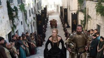 A l'esquerra, Cersei pujant unes escales a Desmbarcametnt del Rei, i, a la dreta, la Pujada de Sant Martí, on també es rodarà i que hi té una clara semblança. Foto:EL PUNT AVUI