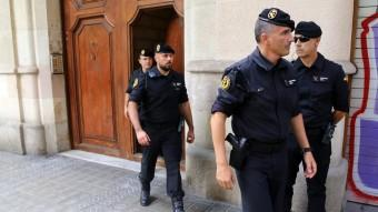 Agents de la Guàrdia Civil surten de la seu de la fundació CatDem, aquest divendres a Barcelona Foto:JUANMA RAMOS