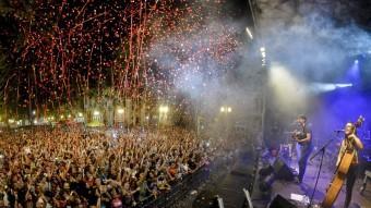 El concert d'Els Catarres va omplir la Rambla de Figueres. Foto:ARNAU JAUMIRA
