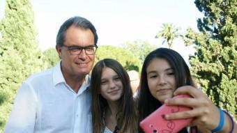 Artur Mas es va avenir a fer-se una 'selfie' amb unes joves vallenques abans de l'acte de Junts pel Sí al centre cultural Foto:J.L.E