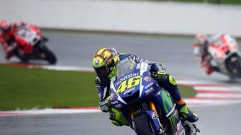 El pilot de Yamaha Valentino Rossi, aquest diumenge en una de les voltes al circuit de Silverstone Foto:EFE