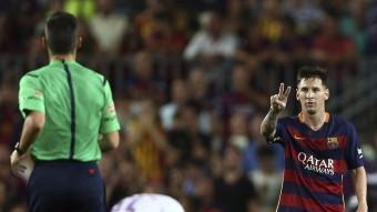 Messi reclama els dos penals a Jaime Latre, dissabte al Camp Nou Foto:EFE/TONI ALBIR