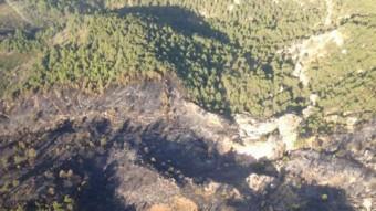 Vista aèria de la zona afectada pel foc, al Priorat Foto:BOMBERS DE LA GENERALITAT