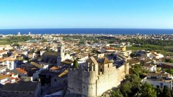 Imatge aèria del municipi de Calafell amb el castell en primer terme i, al fons, la façana marítima. Foto:AJUNTAMENT CALAFELL