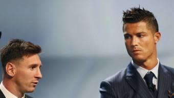 Cristiano Ronaldo mira Messi en la gala en què Messi va rebre al guardó de millor futbolista d'Europa. Foto:REUTERS