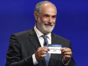 Andoni Zubizarreta va encetar el sorteig extraient curiosament la bola que contenia el nom del FC Barcelona Foto:EFE