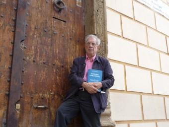 Pere Casajoana amb el seu llibre a la porta de la Torre Vella  Foto:M.M.