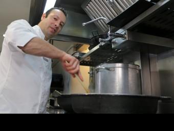 Victor Trochi, fotografiat a la cuina del restaurant les Magnòlies. Foto:MANEL LLADÓ