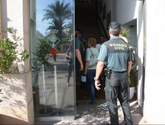 La Guàrdia Civil a la seu de l'Ajuntament de Lloret Foto:ACN