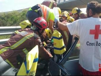Els bombers treballant en l'accident a la C-31 Foto:@BOMBERSCAT