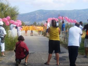 L'acció reivindicativa de la IAEDEN Salvem l'Empordà ahir a la carretera dels tres ponts. Foto:ELPUNTAVUI