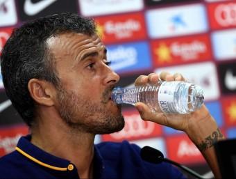 Luis Enrique Martínez , bevent aigua, ahir durant la roda de premsa Foto:EFE