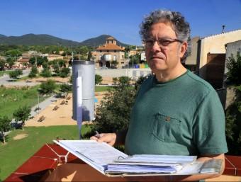 Antoni Clarà, amb el castell de Montsoriu al fons, mesura els fenòmens meteorològics de Breda des de 1994 Foto:MANEL LLADÓ