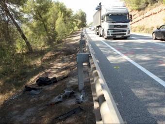 Restes de la motocicleta sinistrada a l'esquerra de la tanca, al quilòmetre 38 de la C-55 Foto:ACN